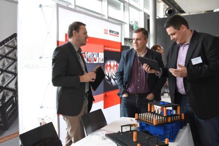 Die begleitende Ausstellung ermöglicht Teilnehmern, sich über innovative Produkte und Dienstleistungen zu informieren