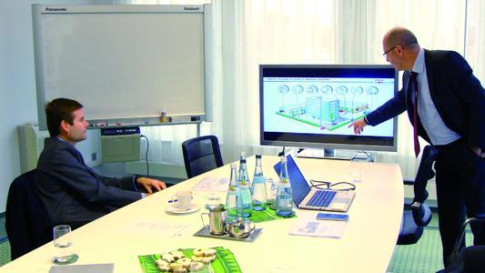 Horst Eckenberger (CEO) erläutert dem spanischen Generalkonsul Carlos Medina Drescher (links) das Geschäftsmodell der primion Technology AG, die weltweit Managementsysteme für Zutrittskontrolle, Sicherheitstechnik und Zeitwirtschaft installiert