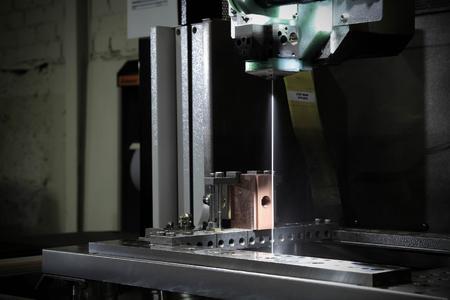 Ein einziges Drahtführungssystem der CUT 2000 ermöglicht die Benutzung von verschiedenen Drahtdurchmessern. Dabei wird der Draht zuverlässig automatisch eingefädelt, indem er offen in einem Wasserstrahl geführt wird.