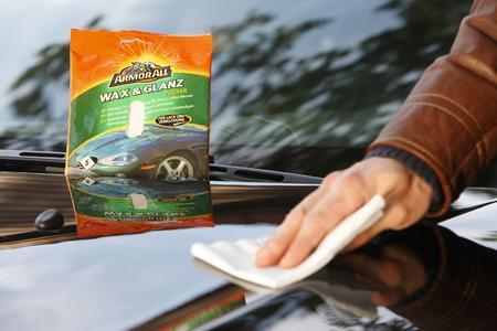 Autowäsche ohne Wasser: Wischtücher helfen Wasser zu sparen und sind vor allem im Winter die einfachste Art, das Auto sauber zu bekommen.