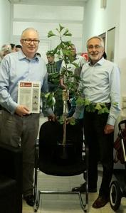 Michael Brhel und Roland Fuchs mit dem Jubiläumsgeschenk der Simba-Mitarbeiter: Sie freuen sich auf die nächsten 25 Jahre