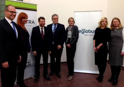 Regina Oelfke (3. v. r.) und Elke van Zadel (2. v. r.) stehen künftig an der Spitze von Regiobus. Regionspräsident Hauke Jagau (Mitte), Ulf-Birger Franz, Verkehrsdezernent der Region (l.), sowie die Aufsichtsratsvorsitzende Ulrike Thiele (r.) unterstützen diese Entscheidung / Foto: Kreutz/Region Hannover