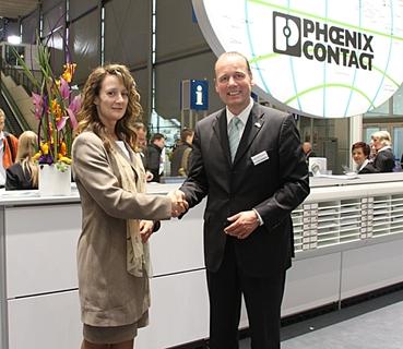 Ann-marie Bosworth und Frank Stührenberg besiegelten die Ausweitung der Partnerschaft auf der Hannover Messe.