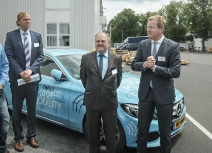 (from right): Günter Gülker, CEO German-Dutch Chamber of Commerce, Dr. Rainer Besold, Managing Director Kiepe Electric GmbH and Thilo Schmidt, Head of Project Management Buses and E-Mobility Kiepe Electric GmbH / Photo: © DNHK