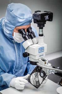 Techniker bei der Untersuchung einer defekten Festplatte im Labor von KUERT Datenrettung