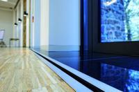 Die thermisch konditionierte Frischluft strömt aus dem Klimaboden durch kaum sichtbare Lüftungsschlitze im  Randbereich in den Tagungsraum. Bildrechte: Systemair GmbH