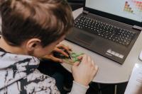 In einem vertiefenden Workshop konnten sich die Jugendlichen mit einem CAD-Programm einen eigenen Fidget Spinner entwerfen. © Baden-Württemberg Stiftung gGmbH