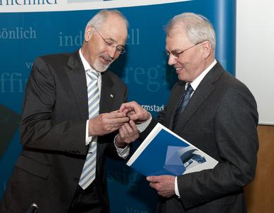Rainer Müller Donges (rechts im Bild) und IHK-Präsident Dr. Michael Römer. Es wurde bei der Verleihung diese Woche aufgenommen. Bildquelle: Markus Schmidt / IHK Darmstadt