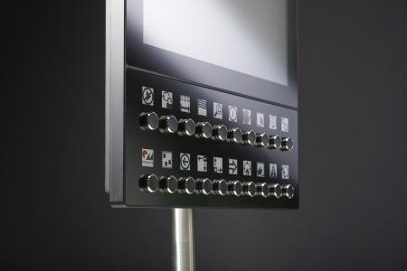 HMI geht neue Wege: Mit dem Digital Label System (DLS) können Maschinensteuerungen je nach Anwender immer wieder umgeschrieben werden, indem Tasten und E-Paper miteinander verknüpft werden. Die Funktionalität ändert sich bei Bedarf binnen Sekunden