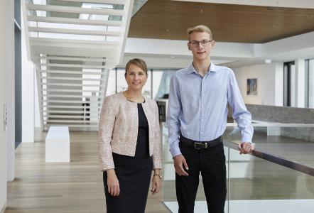 Jonathan Kohlschreiber, 18-jähriger Abiturient aus Igersheim, ist Preisträger des WITTENSTEIN-Stipendiums 2019 – im Bild mit Dr. Anna-Katharina Wittenstein, Vorstand der WITTENSTEIN SE, in der Innovationsfabrik in Igersheim-Harthausen