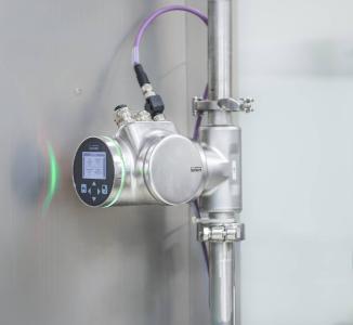 Der SAW-Durchflussmesser ist flexibel einbaubar, erfüllt höchste Hygieneanforderungen und liefert zusätzliche Fluidik-Parameter für einen zuverlässigen Prozess (Quelle: Bürkert Fluid Control Systems)