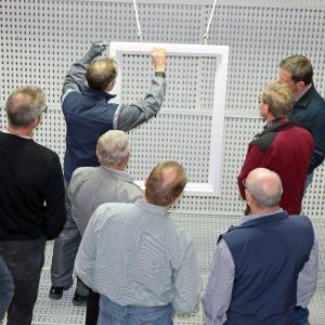 Bei der Kundenschulung im Kompetenzzentrum Holzoberfläche auf dem Remmers-Gelände wurde auch die manuelle Applikation demonstriert / Bildquelle: Remmers, Löningen