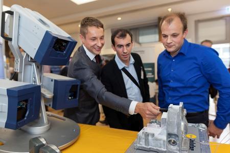 Die Schaeffler-Mitarbeiter Martin Chambrion (Mitte) und Jens Langanki (rechts) aus Bühl informierten sich bei Marco Fritzsche von der Firma Polytec über Schwingungsmessung mit dem Laser
