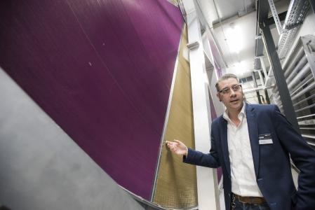 David Ziegler, Security Manager bei noris network, präsentiert das revolutionäre KyotoCooling-Konzept: Über langsam drehende Kyoto-Räder erfolgt eine indirekte, hocheffiziente Luftkühlung, Bildquelle: noris network