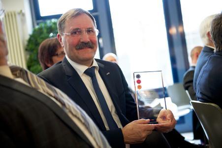 Dr. Bruno Lindl freut sich über die Auszeichnung für den AxiTop.