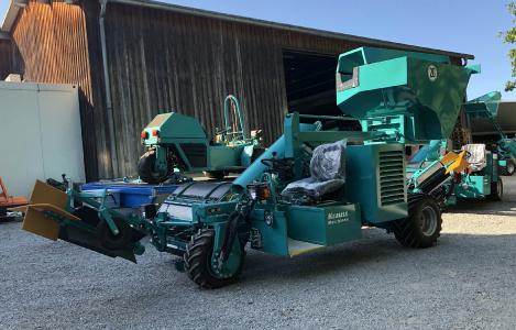 Der schwäbische Hidden-Champion Krauss Maschinen GmbH baut seit Jahren durchdachte Obst-Auflesemaschinen, für hügelige Streuobstwiesen genauso wie für Plantagen.