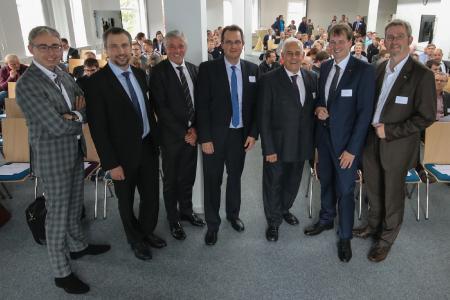 Die Referenten Jochen den Ouden (von links), Sebastian Schreiber und Udo Kalinna stellten sich vor der Veranstaltung mit Thomas Dreesmann (Cluster-Manager IT-Kompetenzzentrum), Harald Krebs (Wirtschaftsförderung Kreis Leer), Bernd Hillbrands (Vorstandsmitglied Ems-Achse) und Dr. Dirk Lüerßen (Geschäftsführer Ems-Achse) für ein Foto auf