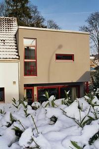 Konstruktiv gelöst: Das Obergeschoss des Anbaus dient zugleich als Überdachung der Terrasse. (Foto: Achim Zielke für INTHERMO)
