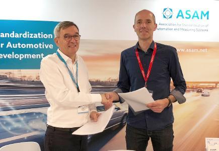 Dr. Klaus Estenfeld von ASAM e.V. (links) und Marius Dupuis von VIRES Simulationstechnologie GmbH (rechts) nach Vertragsunterzeichnung zur Übertragung von OpenDRIVE an ASAM e.V.