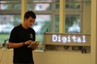 Robin Teikemeier, dualer Student im Bereich Mechatronik im vierten Semester, nutzt häufig das Tablet im Rahmen seines Studiums.