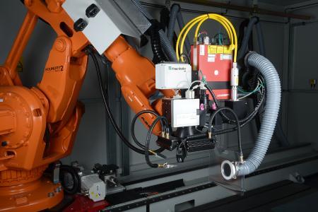 Mithilfe einer kamerabasierten, intelligenten Positioniermethode kann ein kommerziell erhältlicher Industrieroboter große Flächen mit dem Laser hochpräzise strukturieren.