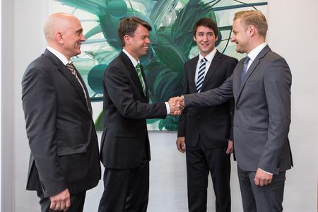 Gemeinsam begrüßen e.dat-Geschäftsführer Ralf Borchert und WEMAG-Vorstand Caspar Baumgart die beiden Trainees Arne Fink und Mario Juhnke (v.l.). Foto: WEMAG/Rudolph-Kramer