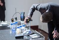 Gemeinsam mit erfahrenen Anwendungstechnikern erarbeiteten die Teilnehmer systematische Vorgehensweise zur Lösung individueller Reinigungsaufgaben.  (Bildquelle: Nicolas Herdin, fairXperts GmbH & Co. KG)