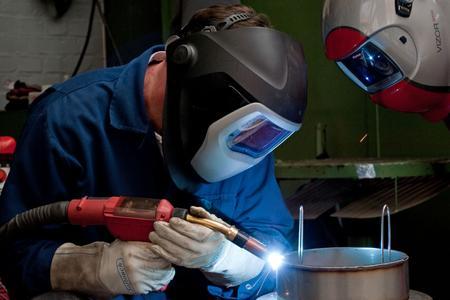 In der Ausbildungsstätte der BIS Industrieservice Mitte GmbH wird E-Hand- und Wolframschutzgasschweißen gelehrt. Die Kursstätte wurde im März 2012 neu eröffnet und vom DVS als Bildungseinrichtung zugelassen / Bild: BIS Industrieservice Mitte GmbH