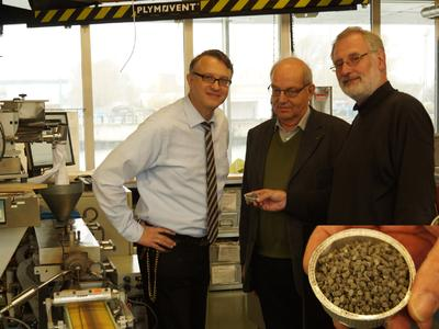 Herr Früchtenicht (PAV), Herr Zippmann (Buss) sowie Prof. Hansmann (IPT) begutachten eine Compoundprobe