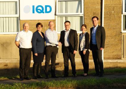 Würth Elektronik eiSos übernimmt mit IQD Frequency Products Ltd ein Unternehmen mit 44-jähriger Tradition: (v. l. n. r.) Colin Smith (Group Operations Director IQD), Tanja Hochschild (Post Merger Integration Würth Elektronik eiSos), Paul Fear (Shareholder & Owner of sold IQD), Peter Schlechtinger (GM & IQD Responsible of Würth Elektronik eiSos), Jennie Bennett (Group Finance & HR Director IQD), Martin Warrington (Director of Finance Würth Elektronik eiSos GB) / Bild: Würth Elektronik eiSos
