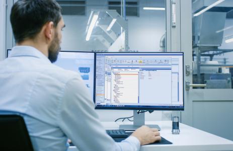 Automatische Generierung von Prüfplänen und Produktionslenkungsplan mit HYDRA-FMEA, Bild: MPDV, Adobe Stock, Gorodenkoff
