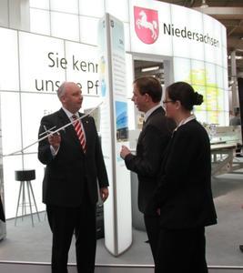 Niedersächsischer Minister für Wirtschaft, Arbeit und Verkehr, Jörg Bode mit einem Modell des Solar Impulse