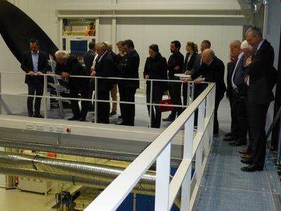 Äußerst interessiert zeigten sich die Gäste des Wirtschaftsbeirats Bayern an den Einrichtungen des DLR-Instituts Augsburg, in die der Carbon Composites e.V. eingeladen hatte