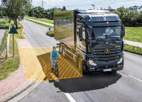 Abbiegeassistenzsystem eine Lkw zeigt Radfahrerin beim Abbiegevorgang an