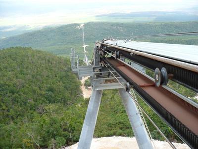Die Fördergurtanlage RopeCon® transportiert auf Jamaika pro Stunde 1.200 Tonnen Bauxit über eine Distanz von 3,4 Kilometern und einen Höhenunterschied von 470 Metern. Aus der Bremskraft wird eine elektrische Leistung von 1.300 kW erzeugt