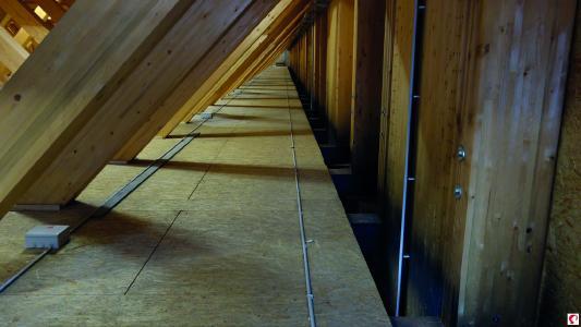 OSB-Beläge aufliegend auf den Untergurten der Fachwerkträger zum Verlegen der Leitungen, Kabel und Installationen (Bildnachweis: Messe Dornbirn GmbH)