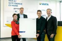 Glückliche Gewinner: Das Ehepaar Glöckner freut sich über ihren neuen Solarstromspeicher VARTA pulse 3 / Foto: VARTA Storage