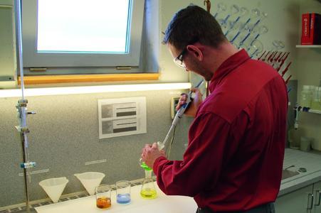 Dominik Wolf bei der Badanalyse im hauseigenen Labor.