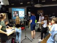 Lernen im Workshop die Drei-Punkt-Beleuchtung kennen: Die Teilnehmerinnen und Teilnehmer der Jungen Filmschule(Foto: Medienzentrum der Region Hannover)