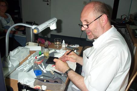 Die Natur als Vorbild: Karl Heinz Körholz modelliert eine Oberkieferprothese