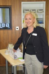 """Stephanie Müller warb beim """"Tag des Gläsernen Labors"""" um Testpersonen für Passform-Analysen. Aus allen Interessenten ermittelt sie die Gewinner von drei Einkaufsgutscheinen für das Breuningerland. ©Hohenstein Institute"""