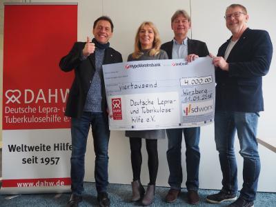 4.000 Euro für die DAHW. Es freuen sich von links: DAHW-Geschäftsführer Burkard Kömm, DAHW-Bildungsreferentin Maria Hisch, Wolfgang Schwab von SD Worx und DAHW-Bildungsreferent Michael Röhm