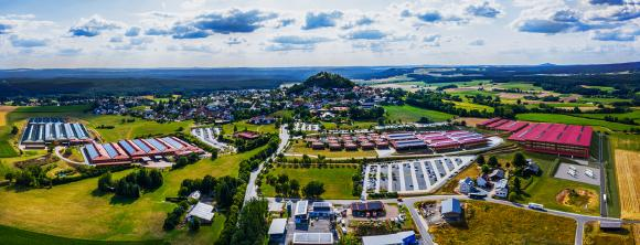 Foto WITRON Wird im Jubiläumsjahr eröffnet: ein 120.000 m2 großer Produktions-Neubau in Parkstein (ganz rechts)