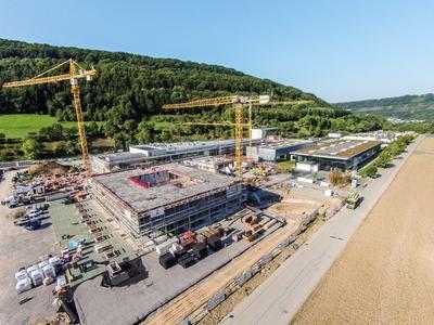 Die Luftaufnahme vom 11. September 2015 zeigt den aktuellen Bauverlauf vom Bürkert Campus Criesbach
