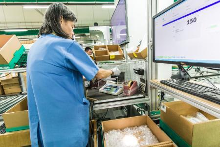 Bei Pepperl+Fuchs wurden Universalarbeitsplätze integriert, die jederzeit von einem Pickplatz zu einem Packplatz – und umgekehrt – gewandelt werden können. Ebenso werden hier Value-Added-Services durchgeführt. Foto: Firefly Photography