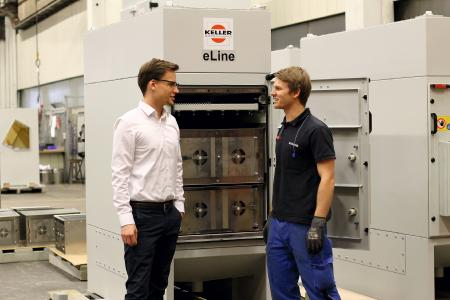Keller-Projektingenieur Thomas Nägele (links) erläutert das Abscheideprinzip des eLine, welches darauf beruht, dass sich positiv geladene Teilchen und ebenso geladene Platten gegenseitig abstoßen (Fotos: Keller Lufttechnik)