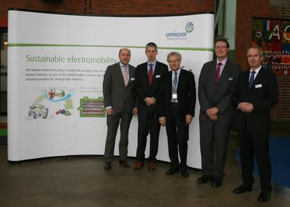 v.l.n.r.: Wilfried Müller (Umicore), Denis Goffaux (Umicore) , Prof. Dr. Henning Kagermann (acatech), Egbert Lox (Umicore), Dr. Jörg