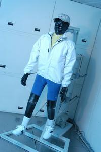 Der Tragekomfort von Sportbekleidung aber auch sonstiger Textilien erfolgt an den Hohenstein Instituten u. a. mit Hilfe der thermischen Gliederpuppe Charlie