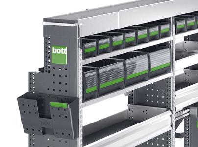 bottBoxen in der bott vario Fahrzeugeinrichtung, je eine senkrechte Zurrschiene an den Regalseitenteilen.