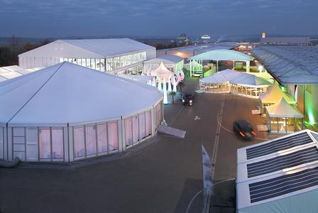 Das große Haupt- sowie das Abendzelt (links im Bild) der INTERTENT.